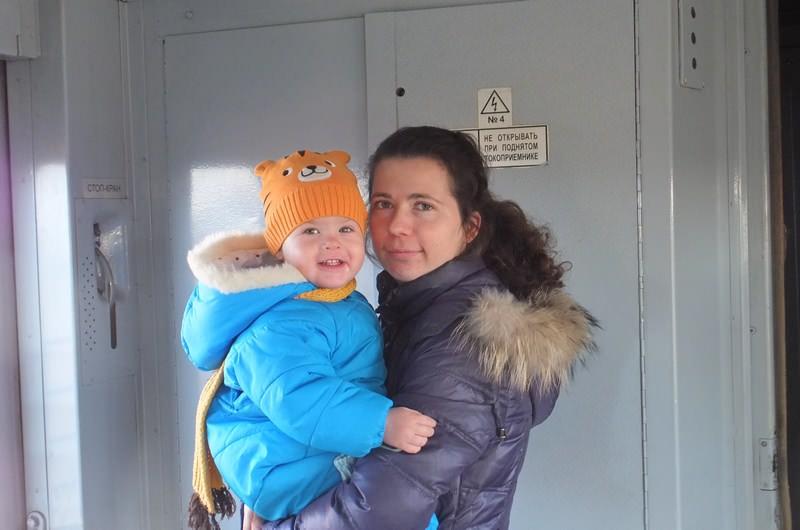 ребенок с мамой в электричке