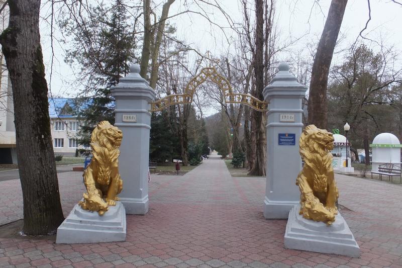 арка со львами