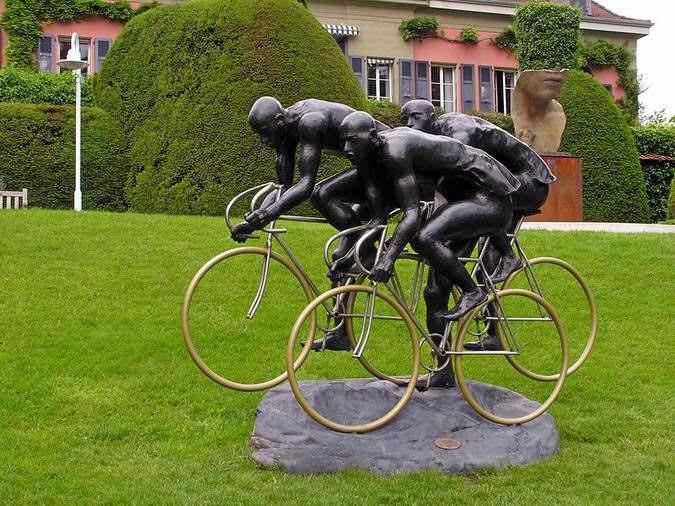 памятник велосипедистам в лозанне