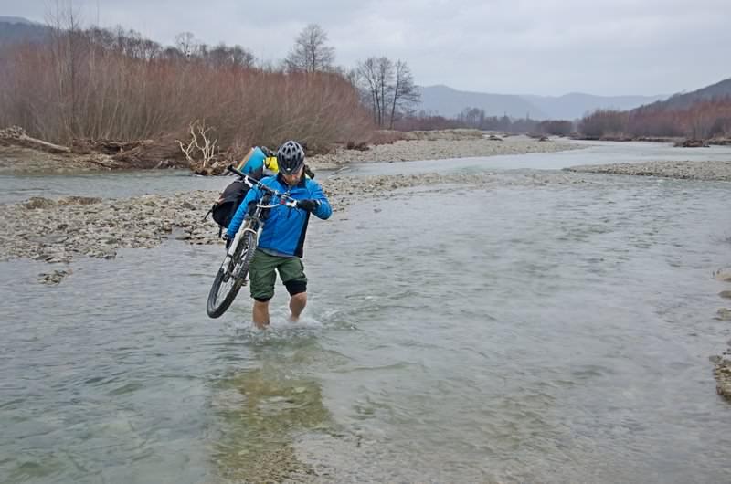 велосипедист переход реку вброд