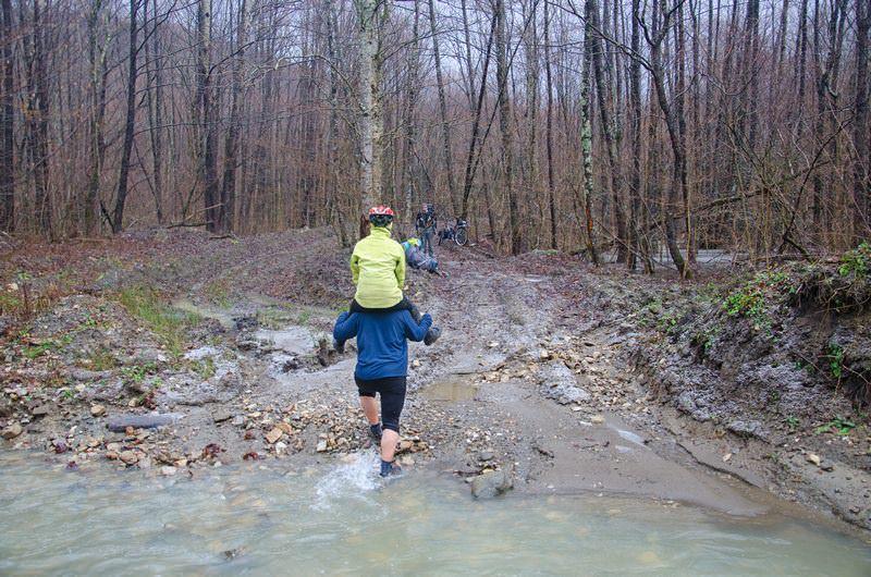 туристы переходят реку вброд
