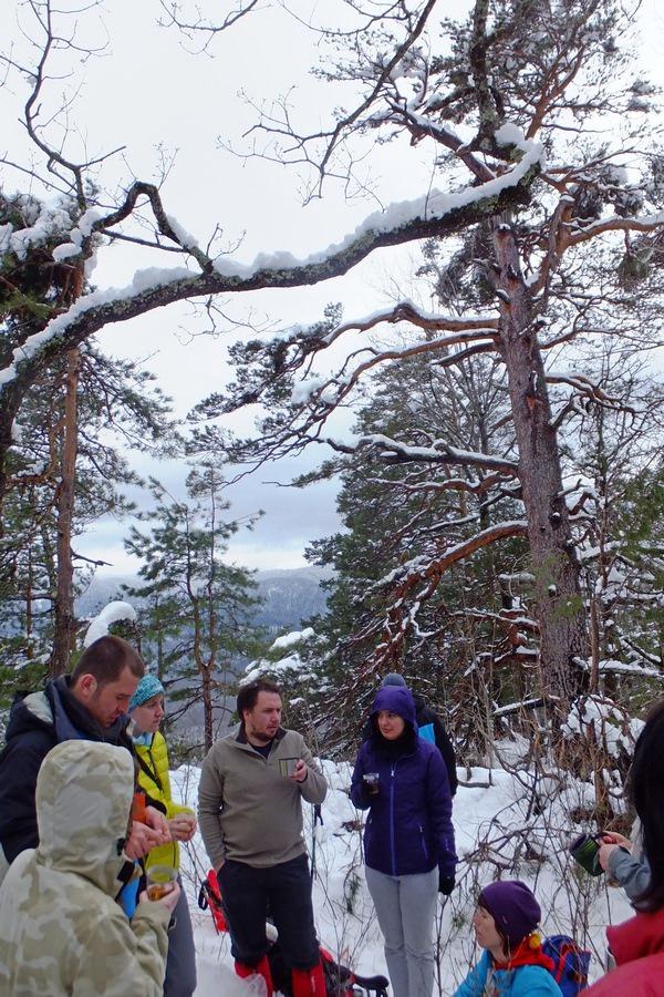 туристы на горе монах