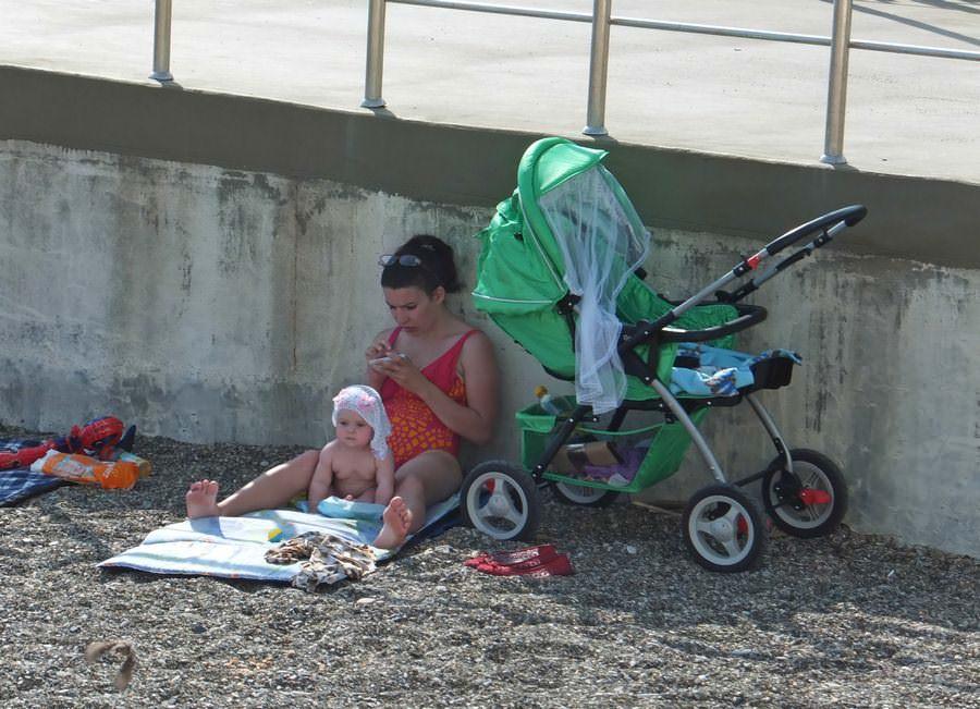 мама с ребенком на пляже в дивноморском